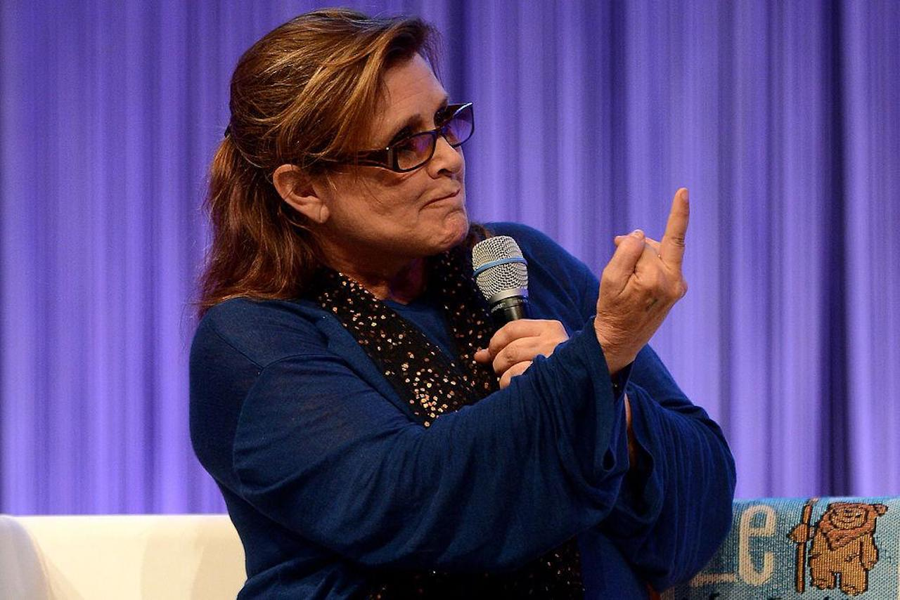 Carrie Fisher gives the audience the bird