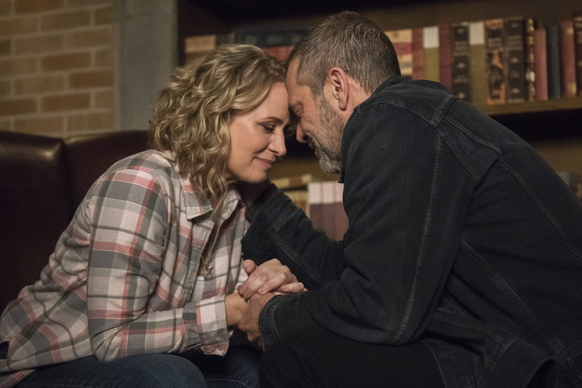 Samantha Smith as Mary Winchester and Jeffrey Dean Morgan as John Winchester leaning in together in Supernatural.