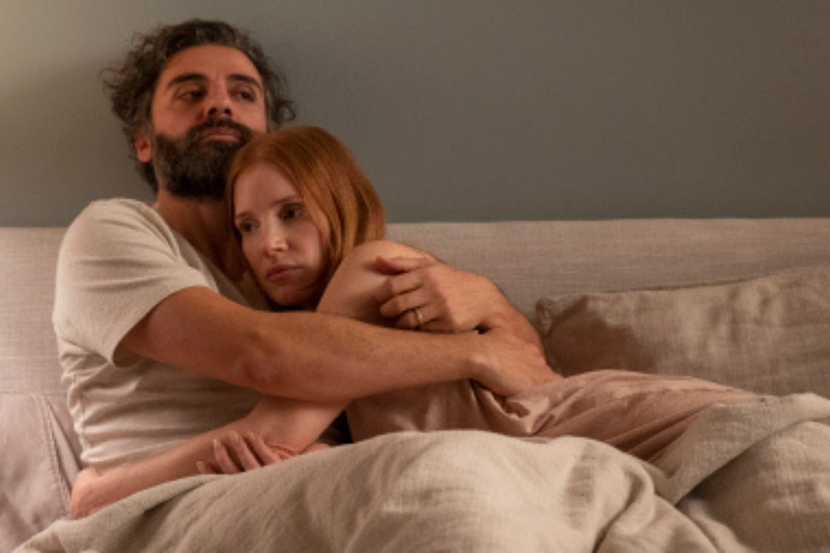 Oscar Isaac and Jessica Chastain hugging in bed in Scenes from a Marriage.